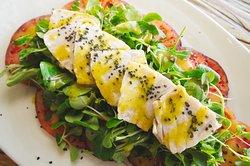 Ensalada de tomate mar azul con bonito escabechado en casa