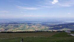 Au sommet du Chasseral - vue côté sud avec la région des trois lacs.