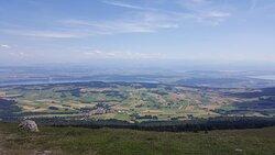 Au sommet du Chasseral - vue côté sud (on distingue de g. à dr. les lacs de Bienne, Morat et Neuchâtel)
