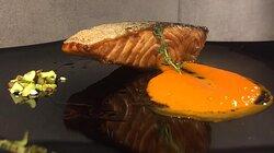 Salmone scottato con burro nocciola su crema di peperoni arrostiti e pistacchi tostati e salati