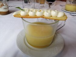 Sopa de piña con queso mascarpone.