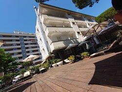 giardino hotel con ombrelloni e sdraio