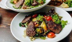 Большое разнообразие салатных блюд
