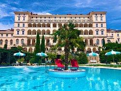 Außenansicht Hotel / Außenpool mit Palme