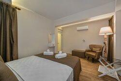 50 m2 olan Kayaköy suitte 1 yatak odası, 1 tam donanımlı mutfaklı oturma odası ve banyo bulunmaktadır.