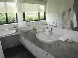 Harbour View Superking Suite Bathroom
