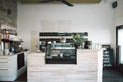 BREAKOUT CAFE - Soziales Non Profit Café für unseren Kiez Liebe Gäste, schön, dass ihr da seid. Ihr unterstützt damit den Zusammenhalt in unserem Kiez, denn 100% des Gewinns verwenden wir für die interkulturelle Sozialarbeit des breakout.  Als Non Profit Café beschäftigen wir Jugendliche, die sich auf dem Weg in ihren Beruf befinden und Menschen, die als Geflüchtete neu in Deutschland angekommen sind.
