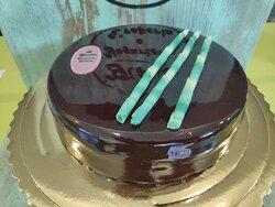 Mousse al cioccolato bianco e menta bianca glaciale,base Pan di Spagna e glassata al cioccolato. Per8/9 persone