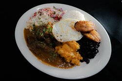 Carne en  salsa estilo costarricense con arroz blanco, chile, cebolla y chips/ costa rican style stewed beef with white rice, peppers, onions & chips