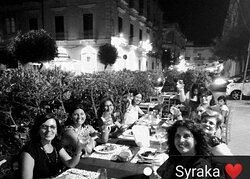 8 splendide donne, 1 cena sopraffina al Syraka