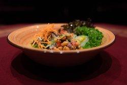 VORSPEISE / Badaam Sandeko (vegetarisch/vegan): Pikanter nepalesicher Salat mit Tomaten, gerösteten Erdnüssen, grünem Chili, Koriander, frischem Knoblauch, frischem Ingwer, frischer Zitrone und Himalayasalz