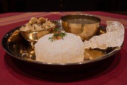 HAUPTSPEISE / Spezialgericht Limetten Poulet Curry: Pouletstreifen in einer Kokosmilchsauce mit Cashewkernen, Limettenblättern, Bambussprossen und typisch nepalesischen Gewürzen