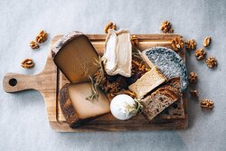 Welcome in cheese heaven! Ook voor een selectie van de lekkerste kazen uit de regio kun je bij ons aanschuiven.