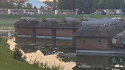 casette in mezzo palude di moschini e mosche