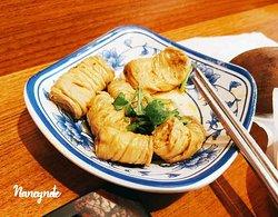 現場加入匠骰子牛麻辣麵的Line好友,可以獲得招待小菜。這一道豆皮非常好吃,鹹香的滷汁配上柔嫩的口感~好想續小菜!