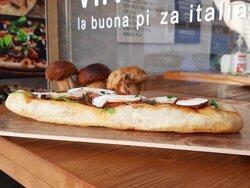 Pizza alla pala con funghi porcini in Piazza Nogara 3, Verona