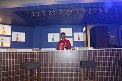 Blue bar havuz başında hizmetınızde