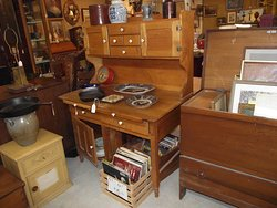 ME – YORK - TANGIBLES ANTIQUES – BUFFET TABLE WITH HUTCH