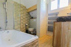Salle de bain de la suite Le Granier pour 5 personnes à L'étang de la Tourne en Savoie
