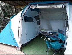 Barracas arejadas, amplas e completas (roupa de cama, colchão de espuma, saco de dormir e travesseiro).