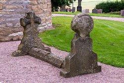 En av de två gravar utanför entren. Det ska enligt texten vara Kund Olof och drottning Estrid som flyttades hit för attillustriera historiebeskrivningen. Det är troligt att det enbart är gravstenarna och inte själva graven som är placerad här.