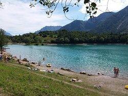 Lago di Tenno di color turchese è molto bello da vedere e da girare