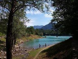 Lago di Tenno in questo punto è visibile l'immissario Rio Secco dal letto ghiaioso che porta acqua al Lago il quale la defluisce da un emissario sotterraneo