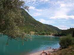 Lago di Tenno, la balneazione è concessa, anche l'attraversamento con mezzi NON a motore, materassini e pedalò....