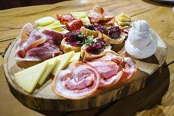 I salumi e i formaggi sono  principalmente prodotti locali.