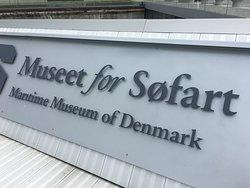 Logo ved indgangen.