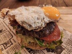 Hamburguesa de ternera con bacon, huevo frito, lechuga y tomate