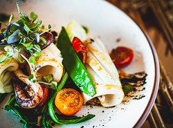 Ingredientes locales y sabores novedosos en recetas frescas y sanas.