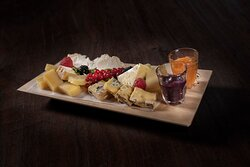 La nostra selezione di formaggi veneti con selezione di composte Unsere Selektion von Käse aus dem Veneto mit Kompott Auswahl Our venetian cheese selection with fruit compote
