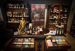 V obchode nájdete vybraný sortiment kvaitných destilátov a nápojov z celého sveta a tieť široké zastúpenie domácich producentov.