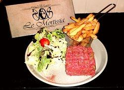 Tartare de bœuf Lorrain au couteau, accompagné de ses frites fraîches et salade.