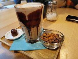 Chocolate belga de galleta y bombón relleno de mousse de chocolate con leche