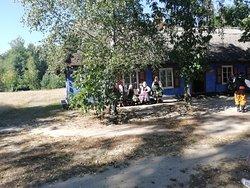Przed wiejska chatą
