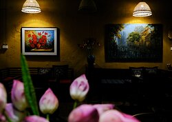 Không gian ấm cúng được trang trí bằng các bức tranh sơn dầu khơi gợi nhiều cảm xúc