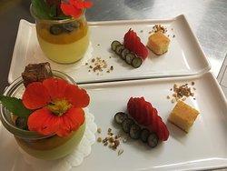 Dessert mit Blumen aus unserem Terrassengärtli