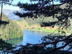 Wunderschöner, aber von Touristen überlaufener Bergsee