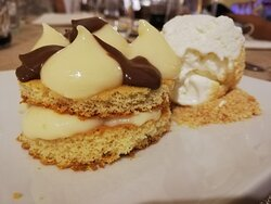 la torta della nonna: dischi di pan di Spagna con crema al limone, cioccolato e gelato al cocco