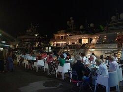 La terrasse du soir, vue sur les yachts illuminés