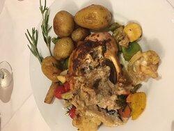 Kylling som hovedret med kæmpe kartofler. Anretningen bærer ikke præg af, at dette skulle være en eksklusiv restaurant.