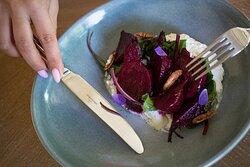 Салат со свёклой и сыром. Это классика вкусового сочетания, и мы нашли, что сделать, чтобы вам запомнился этот салат надолго: беби-свеколку томим в печи, а нежный сливочный сыр готовим по домашнему рецепту.
