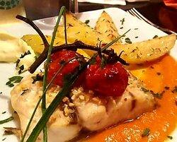 Filetto di ombrina su crema di peperoni e patate arrosto