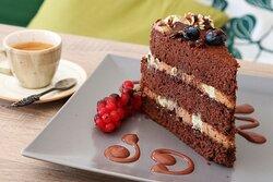 Torta Stregatto: Pan di Spagna al cacao, crema al mascarpone al pistacchio, crema al mascarpone alla nocciola.