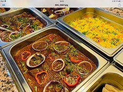 Varieret buffet - nøje sammensat efter gode fællesdrøftelser; indeholder både vegetarretter, lam, kylling og oksekød