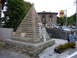 La piramide all'inizio di via dell' Uccelliera