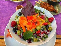 Immer super gut, hier einmal Glasnudelsalat mit Rind und vielen Kräutern, sowie ein Raketensalat! Ausgezeichnet!!!