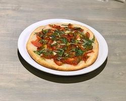 Pizza Italiana! Pizza casera integral o blanca con salsa de queso, tomates asados, albahaca fresca y pesto de albahaca.